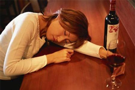 Về ra mắt, bạn gái uống rượu như nước lã - 1