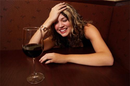 Về ra mắt, bạn gái uống rượu như nước lã - 2