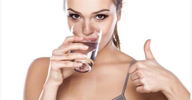 Uống một ly nước trước bữa tối giúp đốt cháy năng lượng