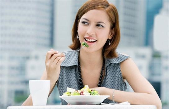 Nhai kỹ trong khi ăn tối là một thói quen rất tốt