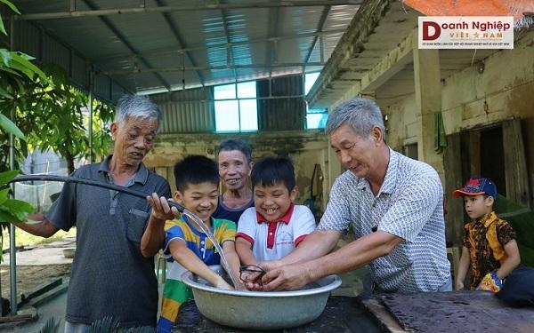 Người dân địa phương hân hoan khi nước sạch về nhà