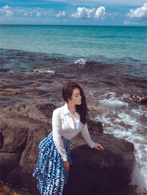 Nữ diễn viên tạo dáng điệu đà trước cảnh biển nước xanh ngắt, trong văn vắt.