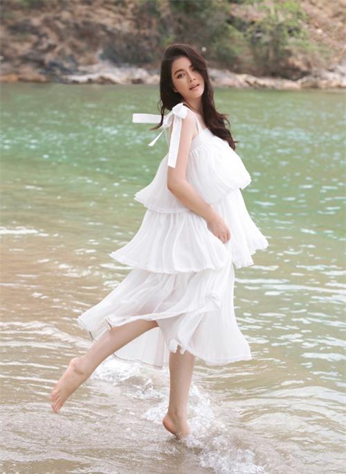 Lý Nhã Kỳ chân trần tung tăng vui đùa với làn nước mát.