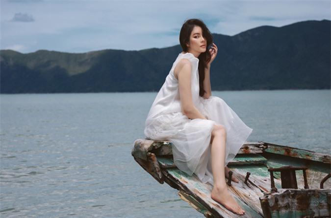Cô có dịp ngồi thuyền ngắm cảnh trời biển mênh mông, vắng lặng.