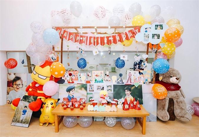 Bữa tiệc được trang trí nhiều màu sắc với hình ảnh bé Nanda được treo khắp nhà, cùng các nhân vật hoạt hình đủ kích cỡ. Vợ chồng Nguyệt Ánh chọn tổ chức ở nhà, thay vì ở ngoài trời hay nhà hàng.