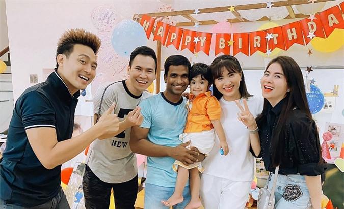 Vợ chồng diễn viên Thanh Duy – Kha Ly cũng có mặt để chung vui cùng gia đình bạn. Họ là những cặp bạn bè thân thiết với nhau từ trong phim đến ngoài đời, thường xuất hiện cùng nhau trong những dịp quan trọng. Ở tuổi ngoài 30, các diễn viên dành nhiều thời gian vun vén hạnh phúc gia đình và ít nhận show hơn trước.