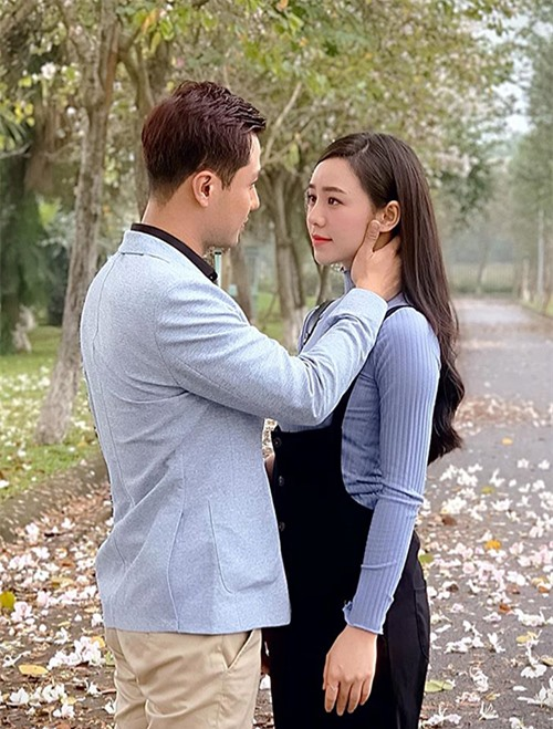 Sau khi lên sóng, những phân đoạn tình cảm của Thanh Sơn và Quỳnh Kool gây sốt với hàng triệu lượt xem trên Facebook. Nhiều người đồn đoán cặp đôi phim giả tình thật nhưng nữ diễn viên phủ nhận.