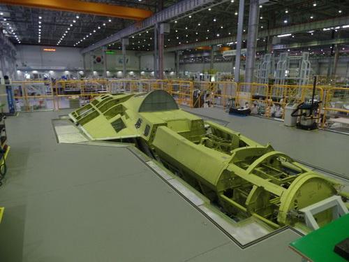 Nguyên mẫu đầu tiên của tiêm kích tàng hình KF-X đang được lắp ráp tại nhà máy của KAI. Ảnh: Janes Defense.