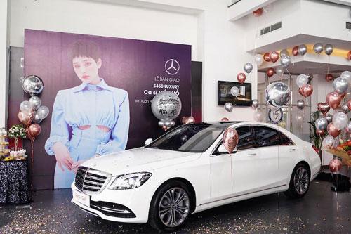 Chiếc xe được cô lựa chọn sở hữu ngoại thất màu trắng tinh khôi, trong khi có nội thất với tông màu kem ấm cúng, thanh nhã