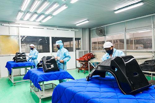 Công đoạn đánh bóng sản phẩm khung ghế ô tô bằng vật liệu composite