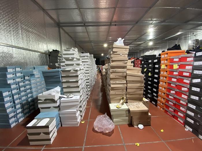 Kho hàng nhập lậu bị phát hiện có diện tích hơn 10.000 m2 chứa đựng số lượng hàng hóa vô cùng lớn