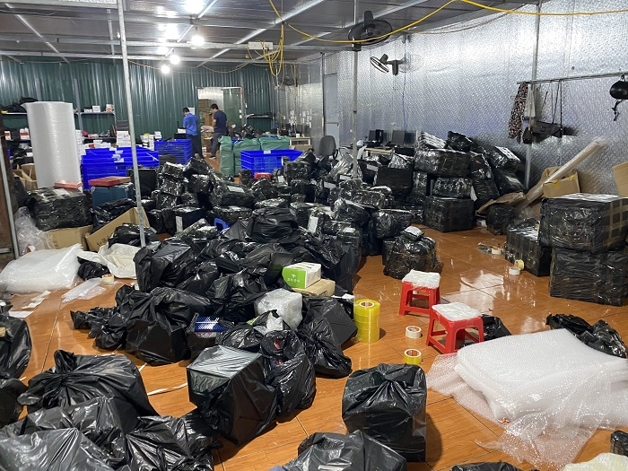 Toàn bộ hàng hóa đang chuẩn bị để ship cho khách hàng đều là hàng nhập lậu