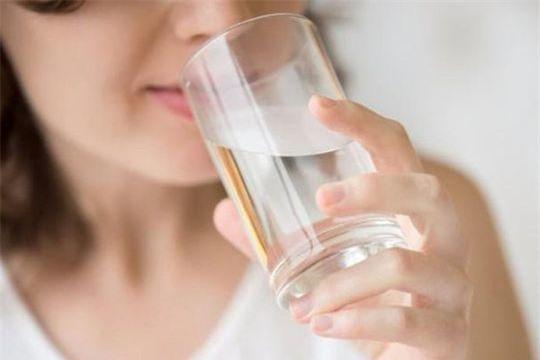 Chuyên gia chỉ 6 quy tắc khi uống nước vào mùa hè bắt buộc phải nhớ kẻo rước họa - Ảnh 2.