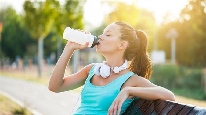 Chuyên gia chỉ 6 quy tắc khi uống nước vào mùa hè bắt buộc phải nhớ kẻo rước họa - Ảnh 3.