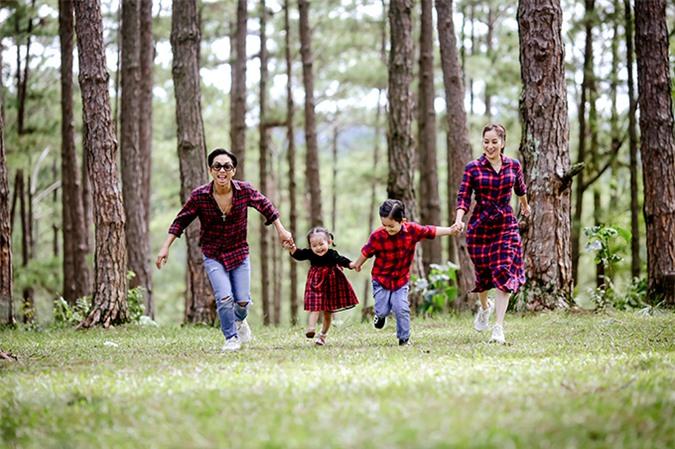 Cả gia đình kiện tướng dancesport mặc đồng điệu họa tiết carô, thoải mái nô đùa trong rừng thông. Họ mời bạn thân là nhiếp ảnh gia Thùy Dung Hoàng đi cùng để ghi lại một số khoảnh khắc làm kỷ niệm.