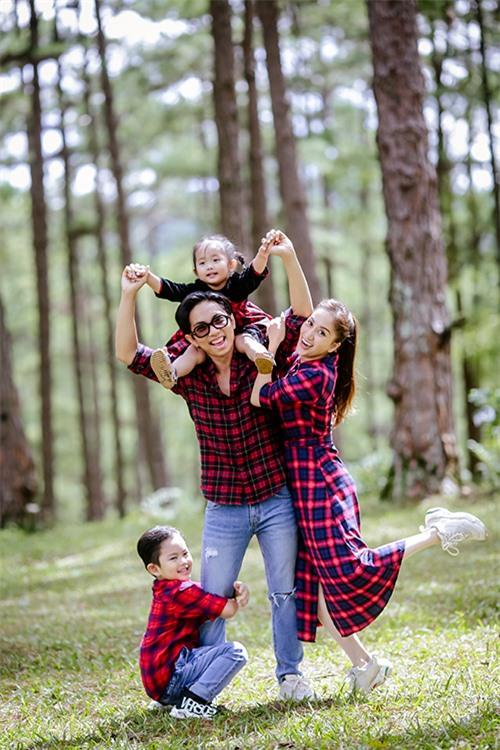 Mỗi lần chụp ảnh cho gia đình Khánh Thi, Thùy Dung đều rất vui vẻ vì cảm nhận được sự gắn kết giữa tất cả các thành viên. Cả nhà có sự đồng điệu về cả ngoại hình lẫn tính cách.