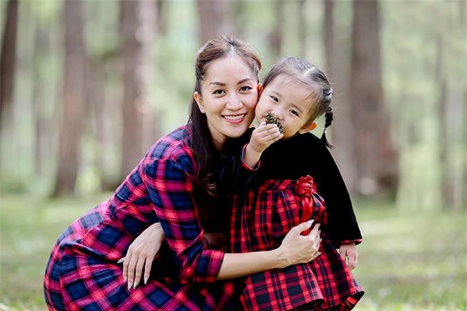 Sau vài năm tập trung cho vai trò huấn luyện viên, Khánh Thi hiện có kế hoạch tái xuất showbiz với vai trò ca sĩ, làm giám khảo truyền hình. Cô thỉnh thoảng đăng status tâm trạng trên trang cá nhân nhưng phủ nhận tin đồn hôn nhân rạn nứt.