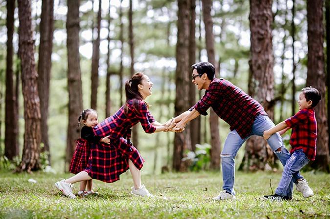 Gia đình Khánh Thi - Phan Hiển chia làm hai nhóm chơi kéo co. Kubi về phe bố trong khi Anna bám lấy mẹ.