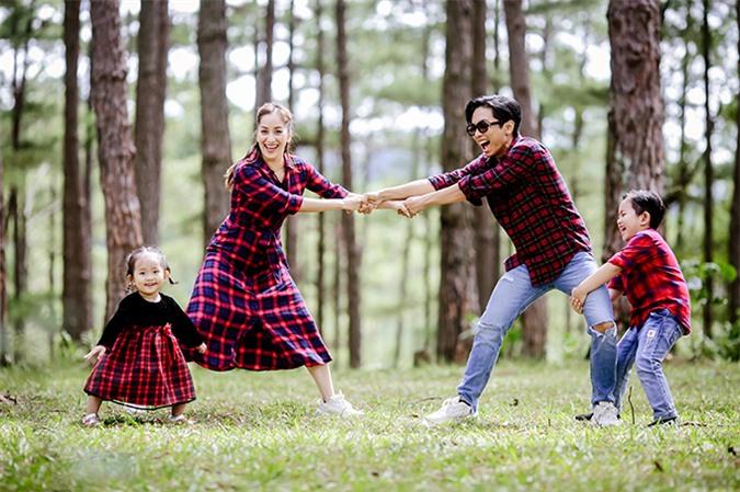 Cả hai bé nhà Khánh Thi đều rất thích các trò chơi vận động.