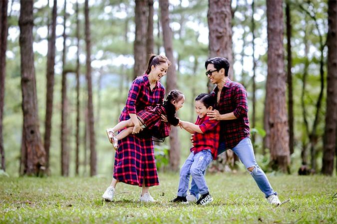 Gia đình nữ kiện tướng dancesport di chuyển nhiều nơi như đồi thông, vườn dâu, vườn hoa...