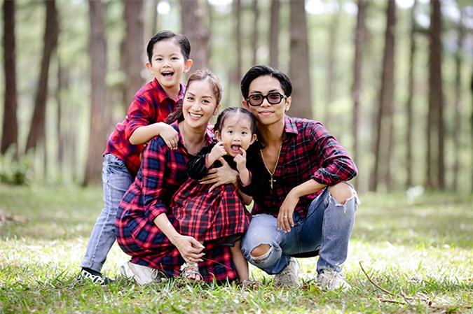 Phải di chuyển đến nhiều địa điểm, thay đổi concept quần áo khác nhau nhưng hai bé Kubi và Anna lúc nào cũng tràn đầy năng lượng, hợp tác với bố mẹ để có những khoảnh khắc đáng yêu.