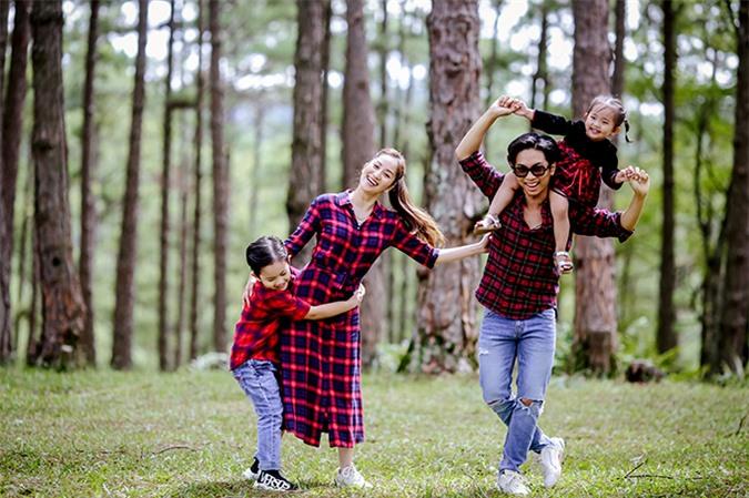 Vợ chồng Khánh Thi liên tục lôi kéo hai con đùa nghịch trước ống kính, biến buổi chụp hình thành chuyến dã ngoại vui vẻ để hai bé không cảm thấy chán nản.