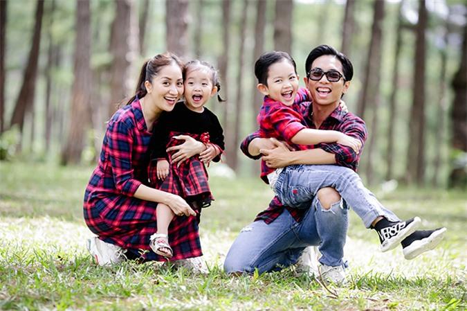 Nhiếp ảnh gia Thùy Dung Hoàng chia sẻ, chị có tình bạn gần 10 năm với Khánh Thi – Phan Hiển, từ khi cả hai còn là thầy trò đến khi phát triển thành tình yêu, cùng nhau xây dựng tổ ấm. Chị hiểu rõ tính cách của từng thành viên trong gia đình 'kiện tướng dance sport'.