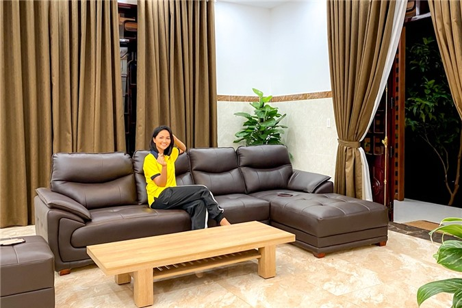 HHen Niê dẫn bố mẹ đi ăn phở giá 900 nghìn đồng - 14