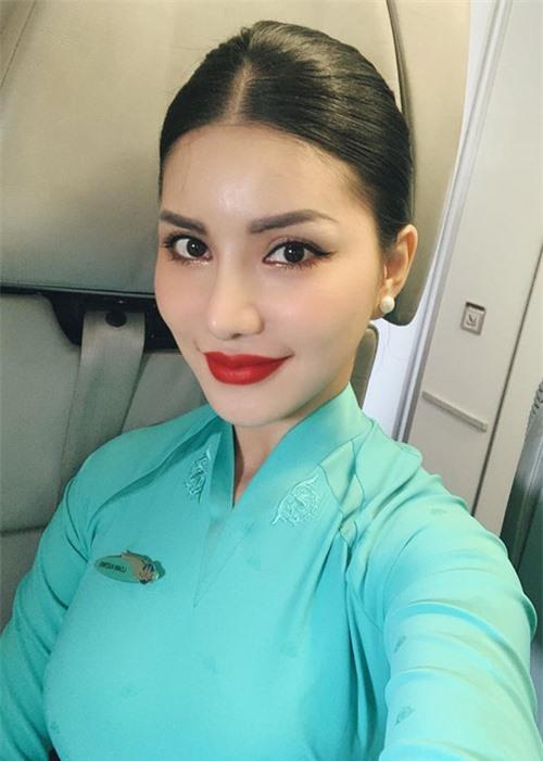Loan Vương trong đồng phục tiếp viên hàng không.