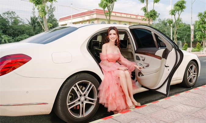 Phan Thị Mơ mặc điệu đà như công chúa, ngồi xe sang đi chấm thi nhan sắc.
