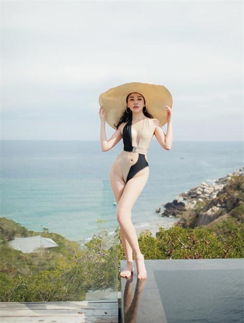 Quỳnh Thư đi nghỉ mát kết hợp quay YouTube cùng nhóm bạn thân. Diễn viên Cô nàng bất đắc dĩ mặc bộ áo tắm cắt khoét táo bạo tạo dáng trên hồ bơi khách sạn cô lưu trú.