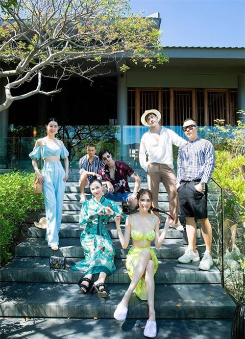 Đi cùng người đẹp là bạn thân Ngọc Trinh, ông bầu Vũ Khắc Tiệp, á hậu Minh Phương và 3 mẫu nam.