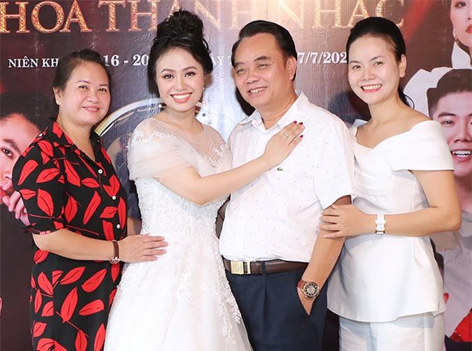 Hai chị em Lương Nguyệt Anh, Lương Hải Yến bên bố mẹ.