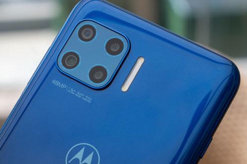 Motorola Moto G 5G Plus được trang bị 4 camera sau. Trong đó, cảm biến chính 48 MP, khẩu độ f/1.7 với khả năng lấy nét theo pha. Ống kính thứ hai 16 MP, f/2.2 với góc rộng 118 độ. Cảm biến macro 5 MP, f/2.4 và ống kính chiều sâu 2 MP, f/2.2. Bộ tứ này được trang bị đèn flash LED, quay video 4K.