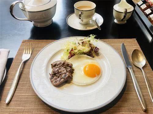 Vì sao ăn bít tết lại có trứng ốp tái bên cạnh, nhiều người bất ngờ khi biết sự thật - Ảnh 1.