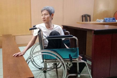 Bị cáo ngồi xe lăn ở tòa (Ảnh: Báo Pháp luật TP.HCM)