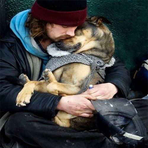 Bật khóc trước những giây phút cảm động của loài vật không bao giờ chê chủ nghèo khó - 1
