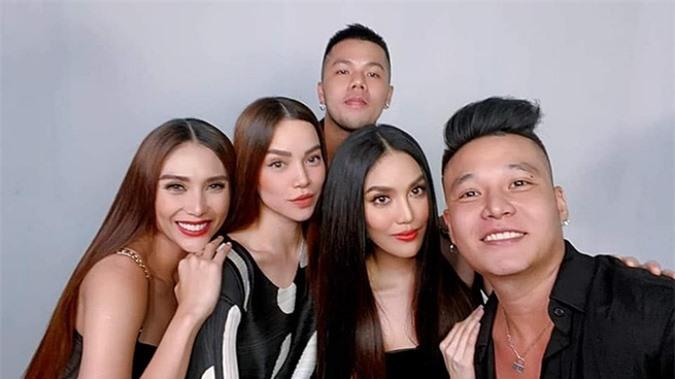 Chuyên gia trang điểm Quân Nguyễn (phải), làm tóc Pu Lê (phía sau) hỗ trợ ba người đẹp tỏa sáng.