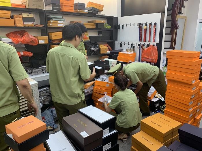 Lực lượng chức năng đang tiến hành kiểm tra các mã sản phẩm được bày bán trong các cửa hàng