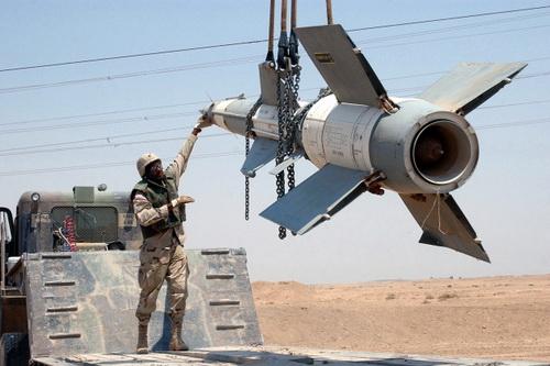 Hệ thống tên lửa phòng không S-125 Pechora đã được đưa tới căn cứ không quân Al-Watiya. Ảnh: Al Masdar News.