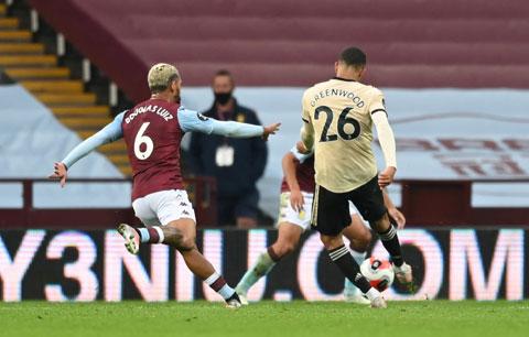 Greenwood (26) tung cú sút chân phải để ghi bàn vào lưới Aston Villa