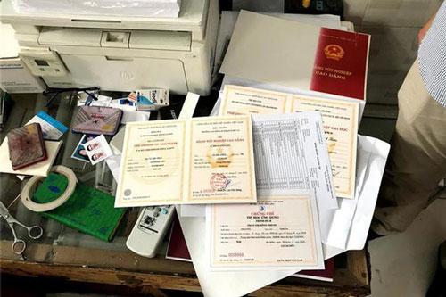 Mẫu giấy tờ giả bị thu giữ.