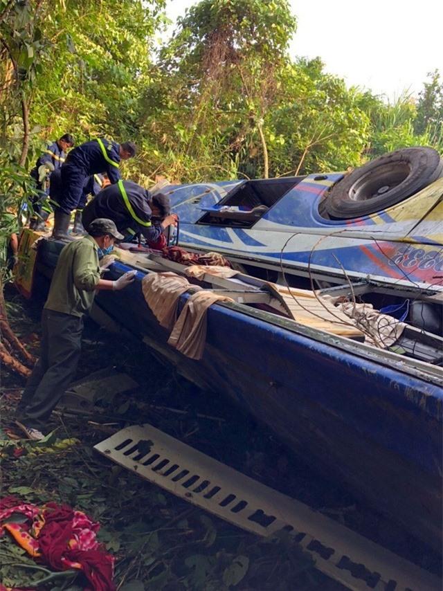 Ảnh: Hiện trường kinh hoàng vụ xe khách lao xuống vực tại Kon Tum - Ảnh 1.