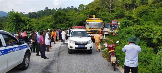 Ảnh: Hiện trường kinh hoàng vụ xe khách lao xuống vực tại Kon Tum - Ảnh 3.
