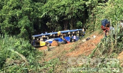Ảnh: Hiện trường kinh hoàng vụ xe khách lao xuống vực tại Kon Tum - Ảnh 4.