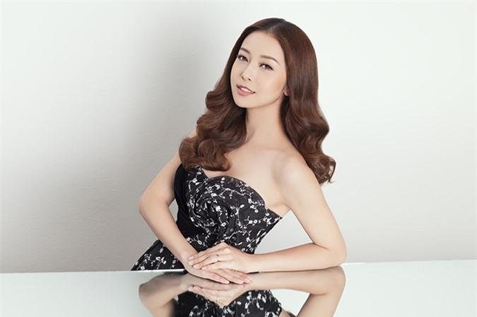 Jennifer Phạm sinh năm 1985, là Hoa hậu châu Á tại Mỹ 2006. Sau khi đăng quang, cô về Việt Nam phát triển sự nghiệp, làm diễn viên và MC. Hơn 10 năm hoạt động showbiz, Jennifer Phạm vẫn giữ được sức hút như thuở ban đầu. Ở tuổi 35, cô có cuộc sống viên mãn và hài lòng với những gì mình đang có.