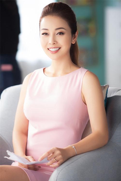 Là vợ của một doanh nhân giàu có nhưng Jennifer Phạm không lui về hậu trường làm nội trợ mà vẫn xây dựng sự nghiệp riêng. Nhờ hình ảnh đẹp, cô là một trong những gương mặt show quảng cáo, đại diện cho các nhãn hàng và hoặc làm MC.