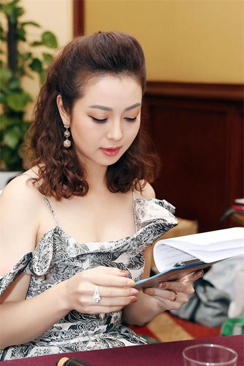 Hôm 8/7, Jennifer Phạm làm MC cho họp báo ra mắt MV Mệt rồi em ơi của ca sĩ Quang Hà.