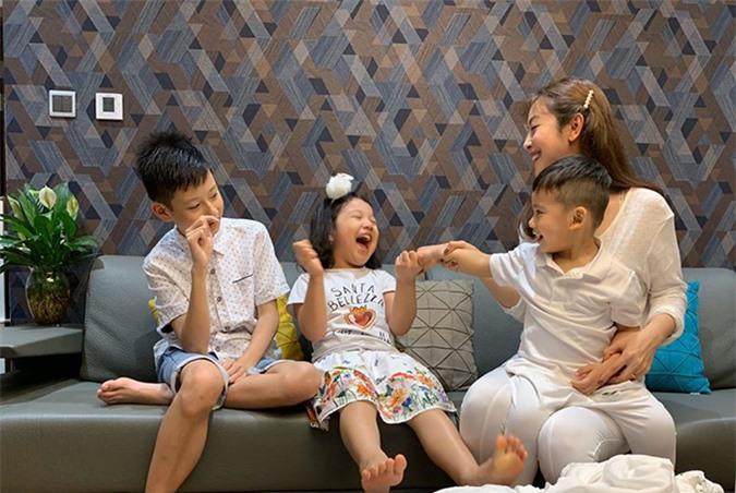 Trước khi có bé Nấm, Jennifer đã có ba người con đủ nếp đủ tẻ, trong đó Bảo Nam (12 tuổi) là con riêng của cô với chồng cũ là ca sĩ Quang Dũng còn bé Na (6 tuổi) và bé Nu (3 tuổi) là con chung của cô với doanh nhân Đức Hải. Hoa hậu rất hạnh phúc vì các con hết mực yêu thương nhau. Bảo Nam luôn vui vẻ khi về Việt Nam sống cùng mẹ, bố dượng và các em càng khiến tổ ấm của cô thêm trọn vẹn.