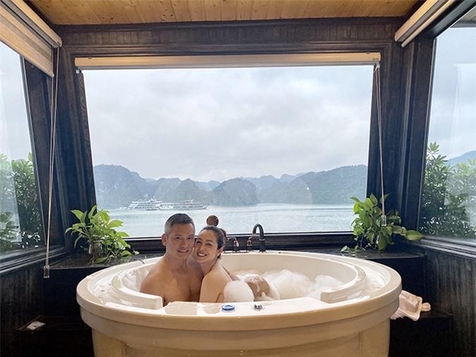 Đã kết hôn gần 10 năm nhưng vợ chồng Jennier Phạm vẫn mặn nồng như thuở ban đầu. Ngoài những lúc quây quần bên gia đình, cặp đôi luôn biết cách hâm nóng tình cảm, tạo ra những giây phút ngọt ngào trong thế giới của hai người bằng những chuyến đi riêng.